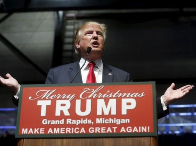 2015-12-21-donald-trump-hands-merry-christmas-sign-grand-rapids-michigan-reuters-640-668x501